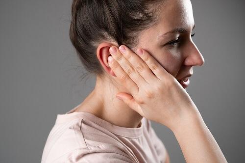 femme-a-mal-l'oreille